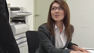 Sexy carries woman distance from Japan Mao Saitou is masturbating pussy in the office
